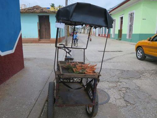 本地人用古巴比索(CUP)所能買到的食物,雖偶有質素頗佳者,但主要還是像這些胡蘿蔔般,乾巴巴的。