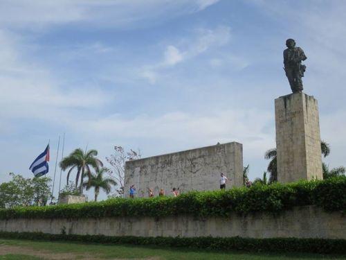 聖克拉拉的格瓦拉陵墓。在1997年10月,格瓦拉和與他一起在玻利維亞犧牲的六名戰友的遺骨,被安葬於此。