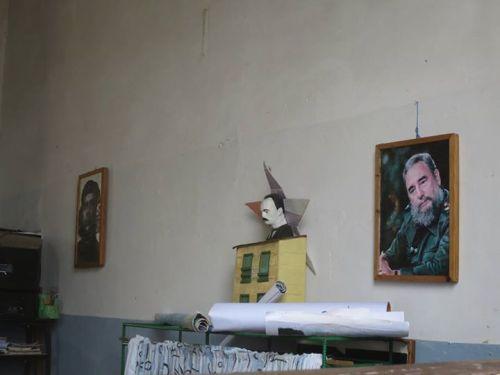 千里達的一間小學教室。切在左,何塞·馬蒂居中,菲德爾·卡斯特羅在右。