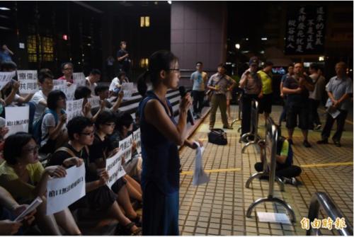 2015年6月5日,廢死與反廢死民眾在台北法務部外對峙。(來源:《自由時報》)