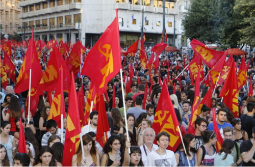2015年7月2日,主張廢除全部債項、退出歐盟,建立「工人人民政權」的希臘共產黨支持者,在雅典市中心集會。