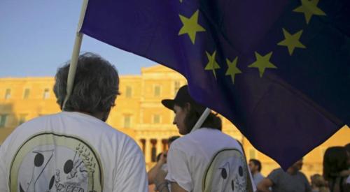 2015年7月9日,在雅典憲法廣場集會支持歐元的群眾。