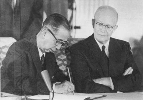 1960年,岸信介與艾森豪威爾簽訂美日新安保條約。