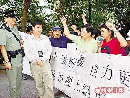 2004年,梁國雄支持水貨客(「九鐵封通道長毛領40水貨客抗議」http://hk.apple.nextmedia.com/news/art/20041120/4454022)