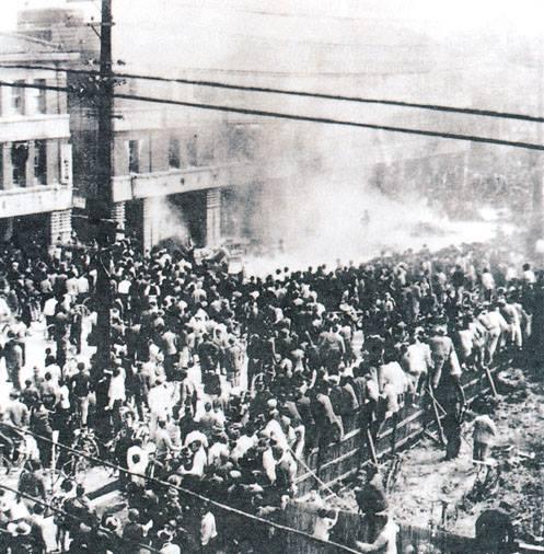 1947年2月28日,臺北本町專賣分局外。
