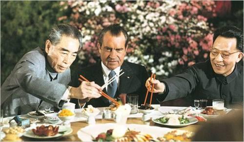 1972年2月28日,中美兩國政府在上海發表《聯合公報》,結束二十多年的對抗。周恩來和張春橋在宴會上為美國總統尼克松夾菜。