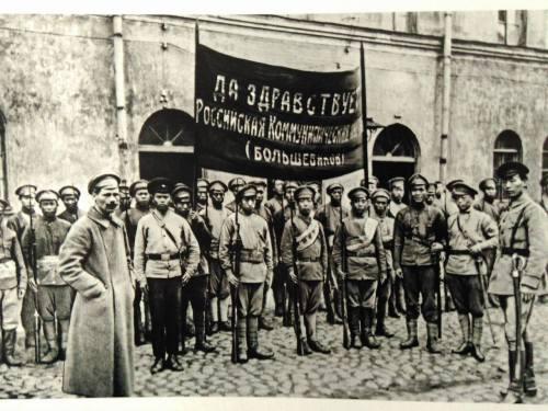 1918年,準備奔赴內戰戰場的蘇俄紅軍中國人部隊。橫額上書:「俄國共產黨(布爾什維克)萬歲」。(來源:TASS)