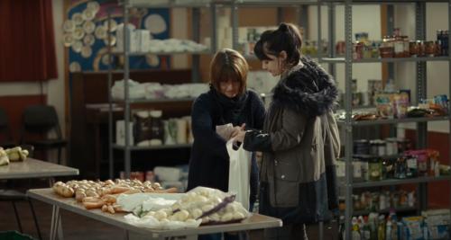 女主角在食物銀行領取必需品。(網絡圖片)