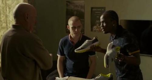 鄰居小伙子向主人公解釋販賣大陸黑市球鞋的致富之道。(網絡圖片)